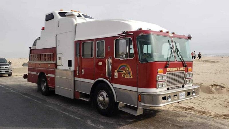 Este camión de bomberos es en realidad la camper más original que has visto ¡Y tiene hasta garaje!